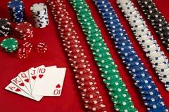 啤牌卡片和赌博的芯片在红色背景 图库摄影