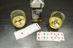 啤牌和一杯与冰的威士忌酒 库存照片