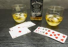 啤牌和一杯比赛与冰的威士忌酒 免版税库存照片