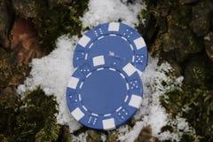 啤牌和轮盘赌的两个小筹码 免版税库存图片