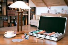 啤牌在木桌,减速火箭的被过滤的图象的金属案件设置了 免版税图库摄影
