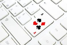 啤牌或赌博娱乐场网上游戏概念。 在白色键盘的钥匙 图库摄影