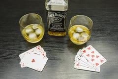 啤牌比赛  与冰的饮用的威士忌酒在玻璃 库存照片