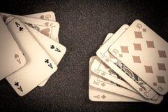 啤牌皇家同花顺和三张相同的牌在桌背景的葡萄酒卡片 免版税库存图片