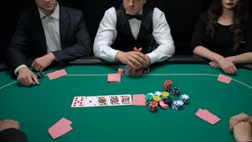 啤牌经销商出现卡片的,被打赌的危险球员上升,爱好比赛,运气 股票视频