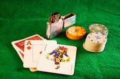 啤牌设置与卡片和芯片特写镜头 免版税库存图片