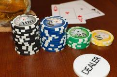 啤牌经销商与一个对的按钮和赌博娱乐场象征一点 免版税图库摄影
