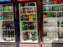 啤酒、苏打和水在冰箱在餐馆前面 免版税库存照片