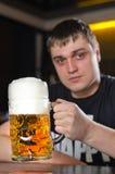 啤酒一个非常大公升大啤酒杯  库存照片