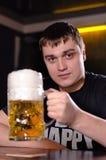 啤酒一个非常大公升大啤酒杯  图库摄影