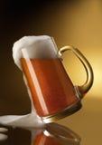 啤酒充分的杯子 免版税库存照片