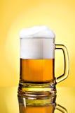 啤酒充分的贮藏啤酒杯子 免版税图库摄影