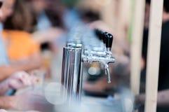 啤酒分配器 啤酒节日雷乌斯 免版税库存照片