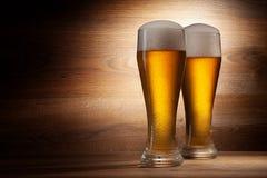 啤酒到在一块老石头的玻璃里 免版税图库摄影
