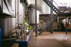 啤酒制造线 进行的生产装瓶的设备完成的食品 金属化结构、管子和坦克在en 免版税库存图片