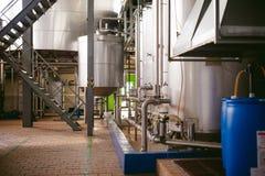 啤酒制造线 进行的生产装瓶的设备完成的食品 金属化结构、管子和坦克在en 库存照片