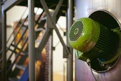 啤酒制造线 进行的生产装瓶的设备完成的食品 金属化结构、管子和坦克在en 图库摄影