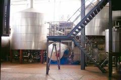 啤酒制造线 进行的生产装瓶的设备完成的食品 金属化结构、管子和坦克在en 库存图片