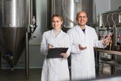 啤酒厂工厂的两名工作者 免版税图库摄影