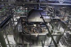 啤酒厂生产线、钢罐或者大桶啤酒发酵的和制造业,管道和现代机械 免版税库存图片