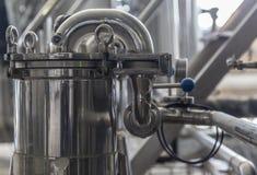 啤酒厂的现代内部捣碎大桶金属化管子 免版税库存照片