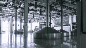 啤酒厂饲料大桶的现代内部金属化容器 免版税图库摄影
