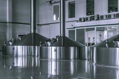啤酒厂饲料大桶的现代内部金属化容器 免版税库存照片