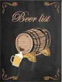 啤酒名单、啤酒杯和啤酒桶在黑板背景 库存图片