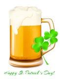 啤酒和三叶草 日帕特里克st 免版税图库摄影