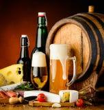 啤酒和传统食物 库存照片