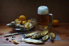 啤酒和咸鱼 免版税库存照片