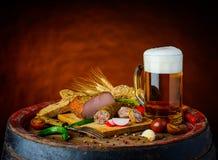 啤酒和土气食物 库存图片
