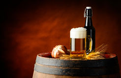 啤酒和小圆面包 免版税库存照片