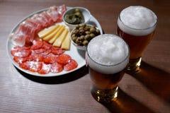 啤酒和开胃小菜 免版税库存照片