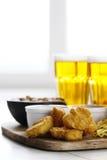 啤酒和快餐 免版税库存图片