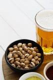 啤酒和快餐 图库摄影