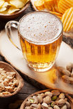 啤酒和快餐 免版税图库摄影