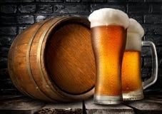 啤酒和木小桶 图库摄影