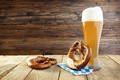 啤酒和椒盐脆饼,慕尼黑啤酒节 免版税库存照片