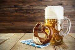 啤酒和椒盐脆饼,慕尼黑啤酒节 库存照片