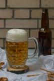 啤酒和椒盐脆饼 免版税库存照片
