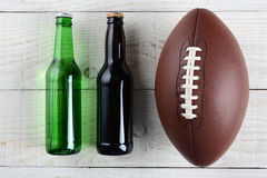 啤酒和橄榄球 免版税库存照片