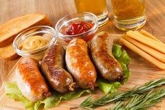 啤酒和烤牛肉或鸡香肠 库存图片