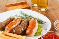 啤酒和烤牛肉或鸡香肠 库存照片
