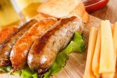 啤酒和烤牛肉或鸡香肠 图库摄影