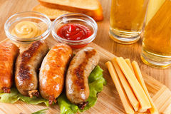 啤酒和烤牛肉或鸡香肠 免版税库存照片
