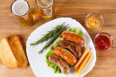 啤酒和烤牛肉或鸡香肠 免版税库存图片
