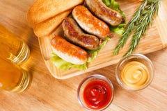 啤酒和烤牛肉或鸡香肠 免版税图库摄影