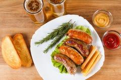 啤酒和烤香肠 慕尼黑啤酒节传统菜单 免版税库存图片
