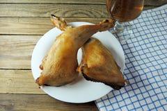 啤酒和熏制的鸡 库存图片